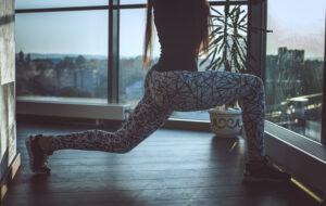 kvinde med yogabukser